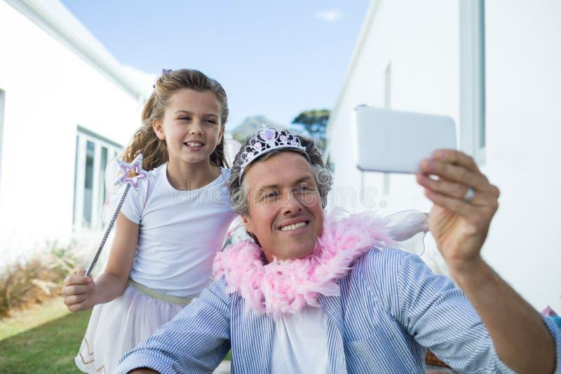 Pai e filha que tomam o selfie no telefone celular fotos de stock royalty free