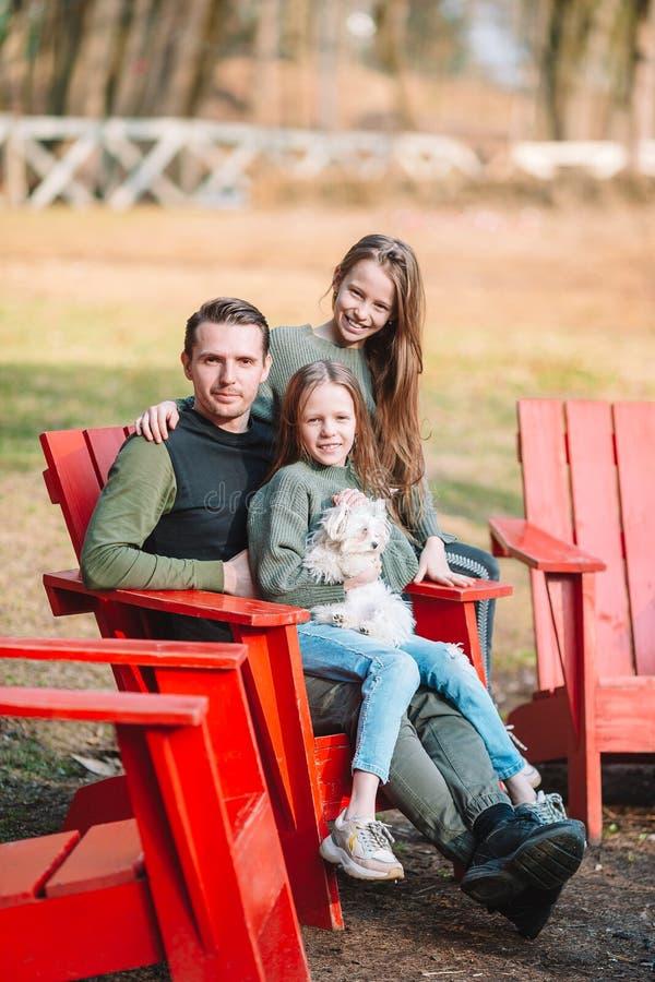 Pai e filhas bonitos com c?o fora foto de stock royalty free