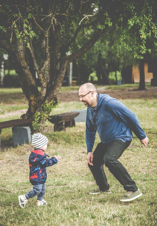 Pai e filho ao ar livre brincando imagem de stock royalty free