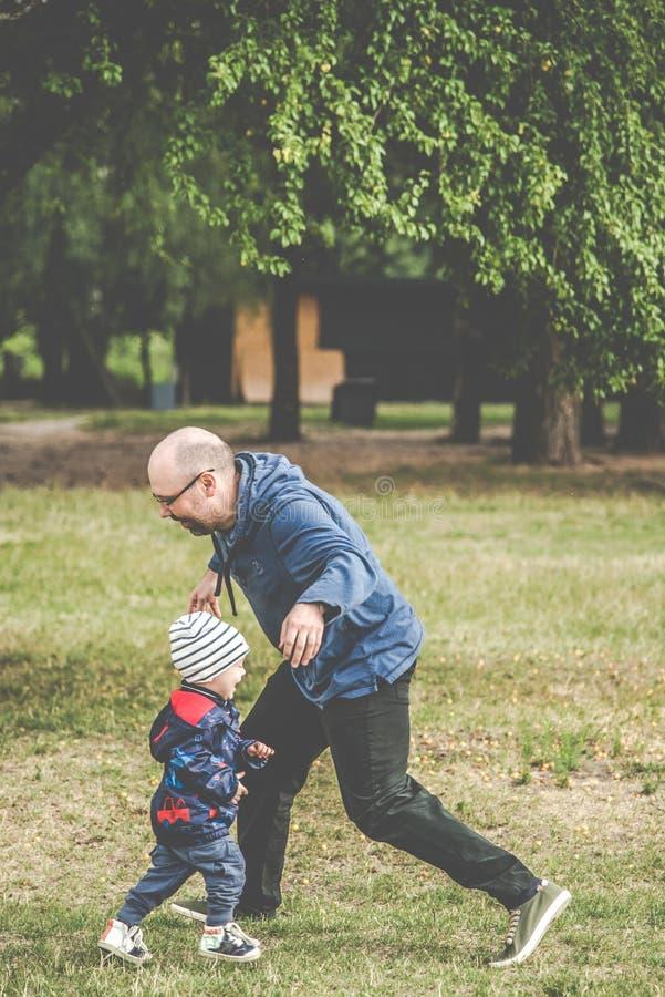 Pai e filho ao ar livre brincando fotografia de stock royalty free