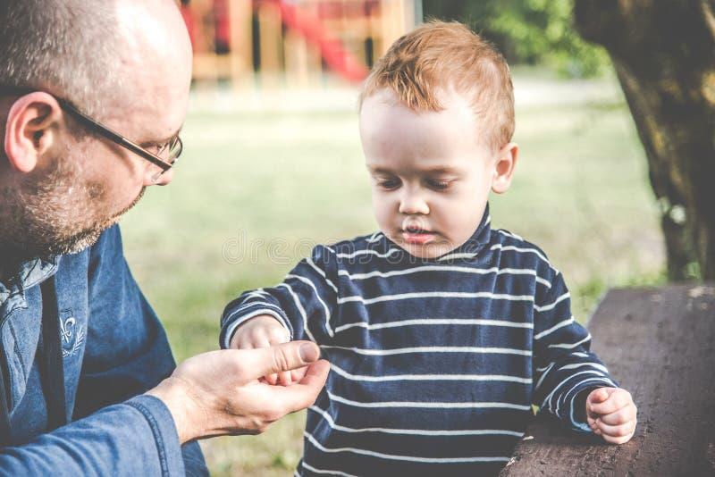 Pai e filho ao ar livre fotografia de stock