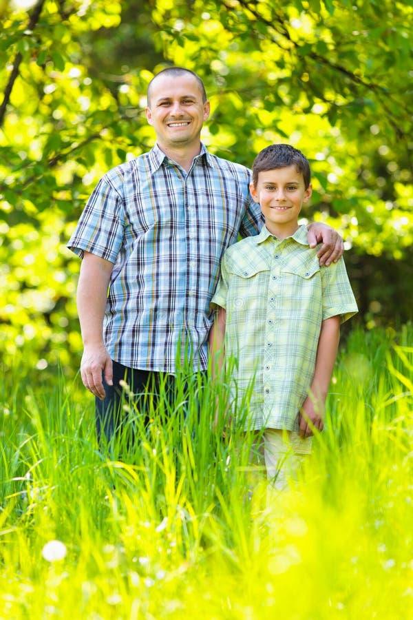 Pai e filho ao ar livre em uma floresta fotografia de stock