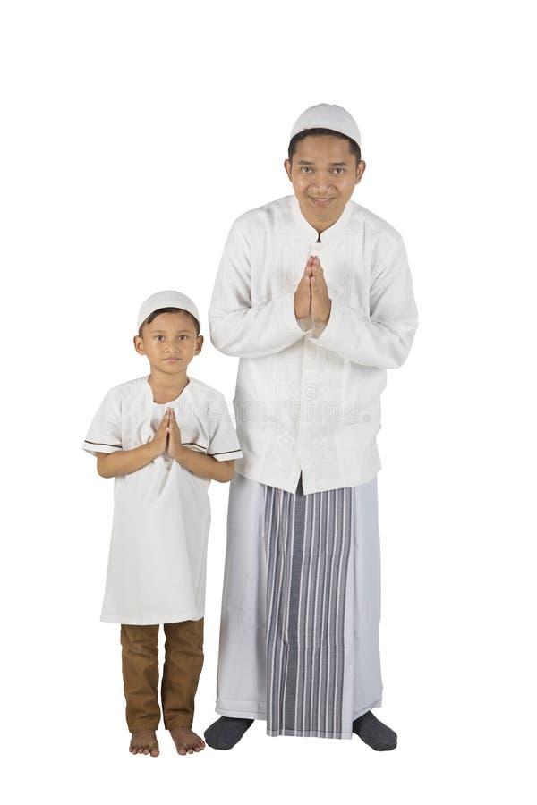 Pai e filho com gesto de acolhimento fotografia de stock royalty free