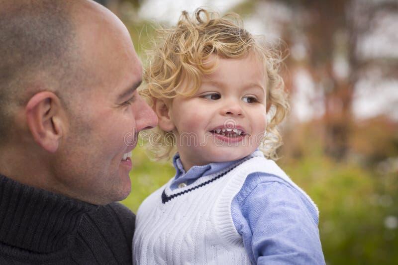 Pai e filho consideráveis no parque imagem de stock
