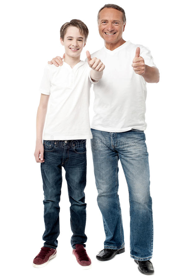 Pai e filho de sorriso que mostram batidas acima foto de stock