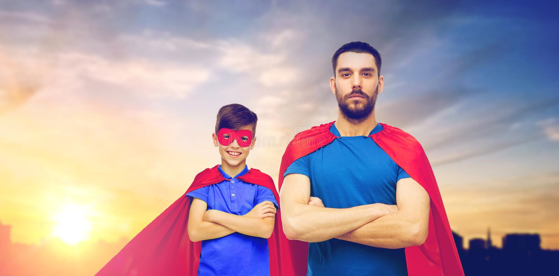 Pai e filho em cabos do super-herói sobre a cidade imagens de stock