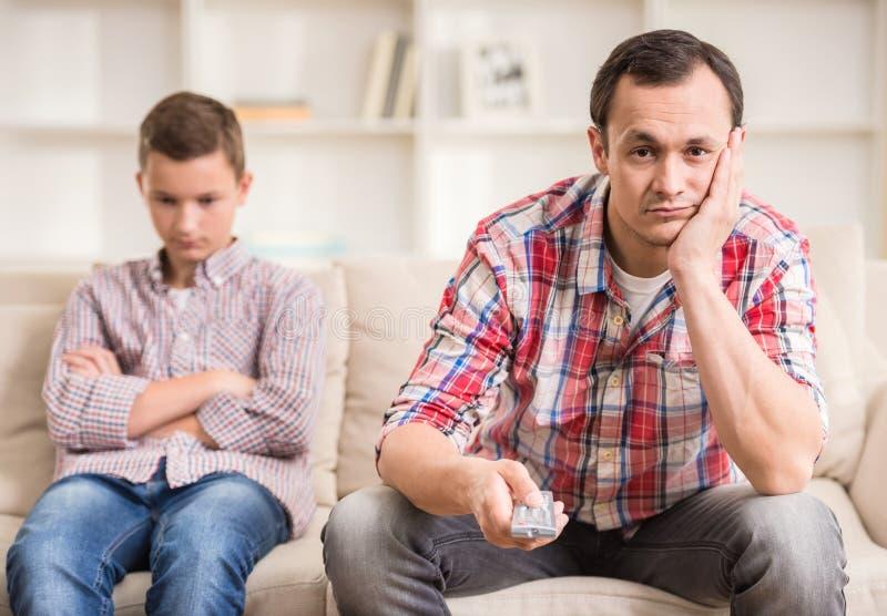 Pai e filho em casa imagem de stock