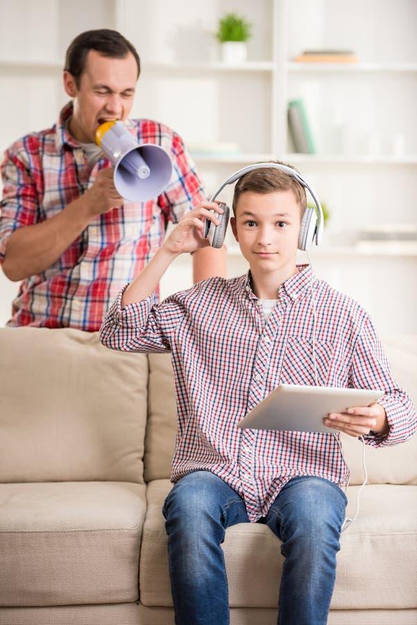 Pai e filho em casa foto de stock royalty free