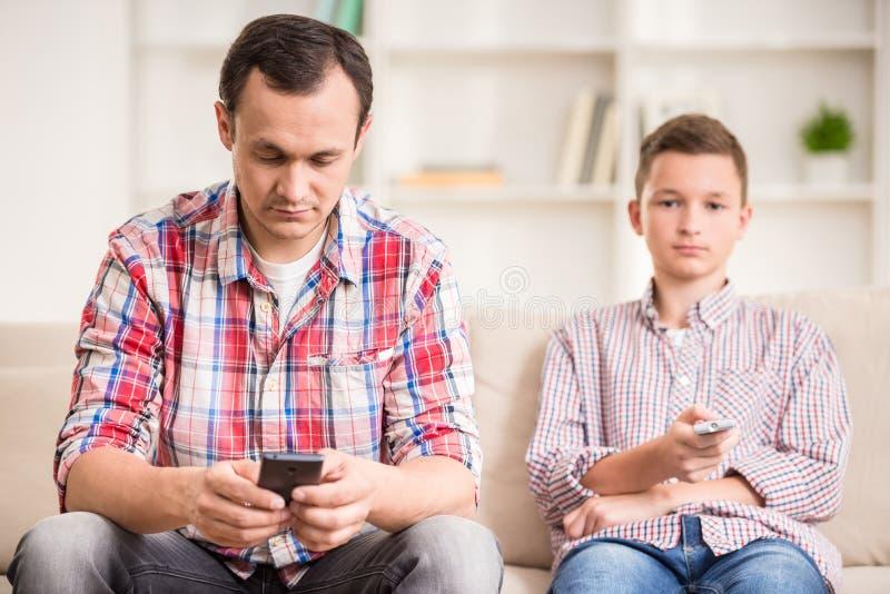 Pai e filho em casa fotos de stock