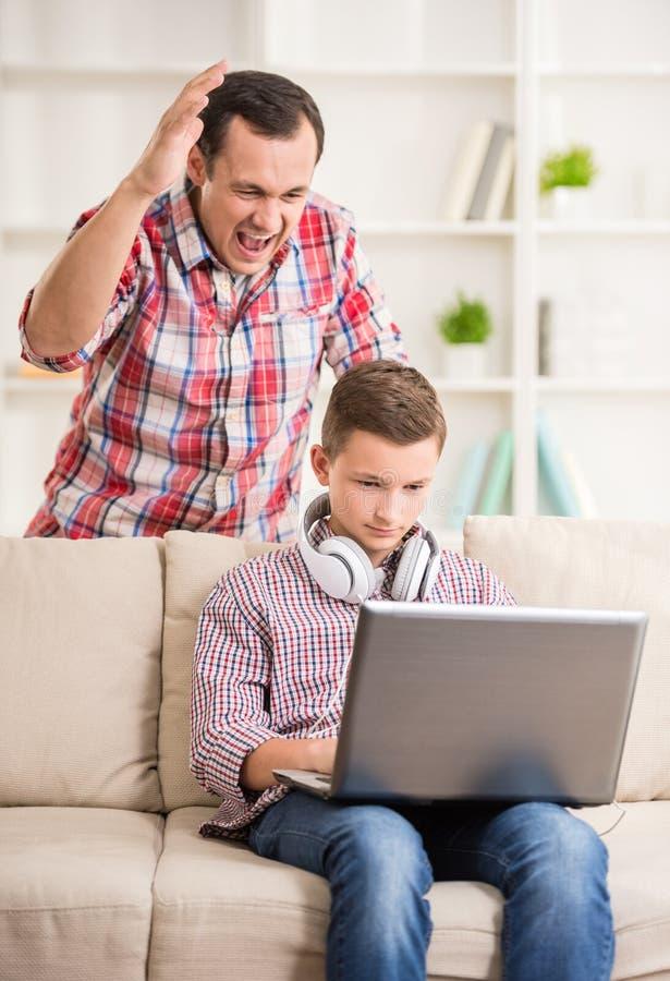 Pai e filho em casa imagens de stock royalty free