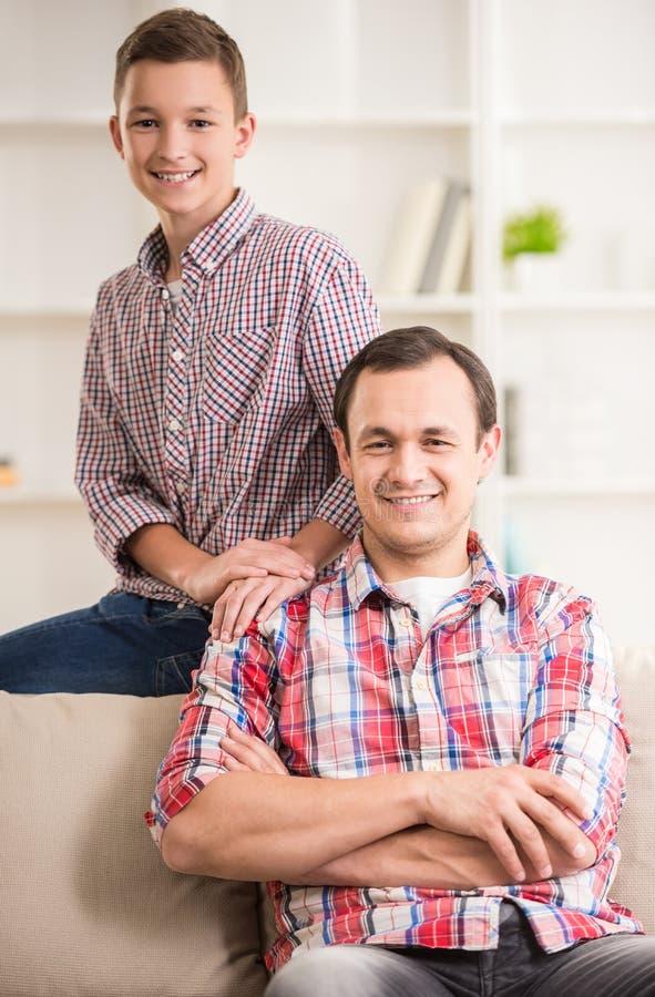 Pai e filho em casa fotos de stock royalty free