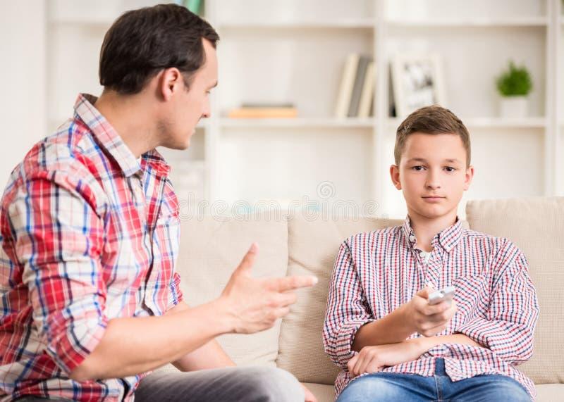 Pai e filho em casa imagens de stock