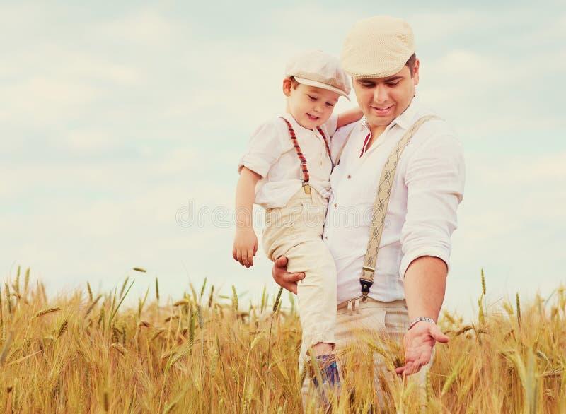 Pai e filho, fazendeiros no campo de trigo fotografia de stock