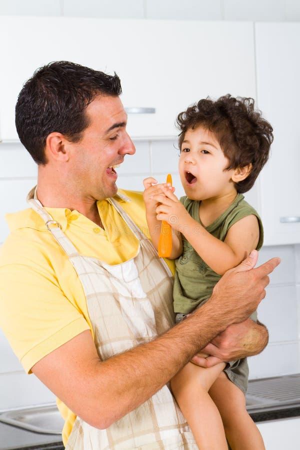 Pai e filho felizes imagem de stock royalty free