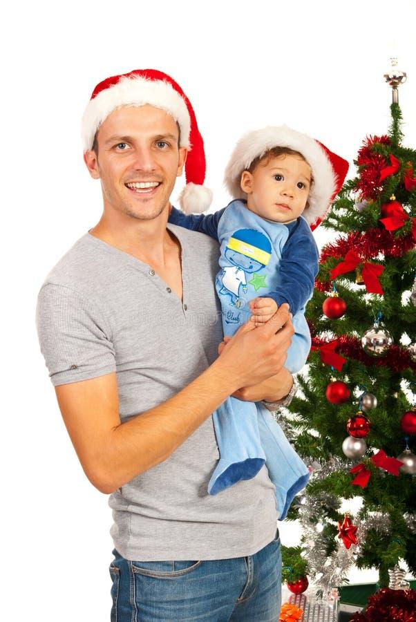 Pai e filho felizes com chapéus de Santa fotos de stock