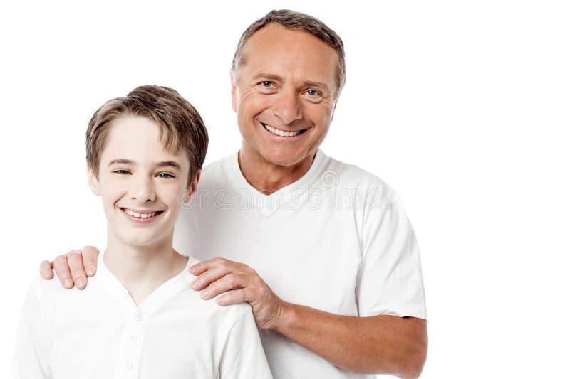 Pai e filho felizes sobre o fundo branco fotografia de stock royalty free