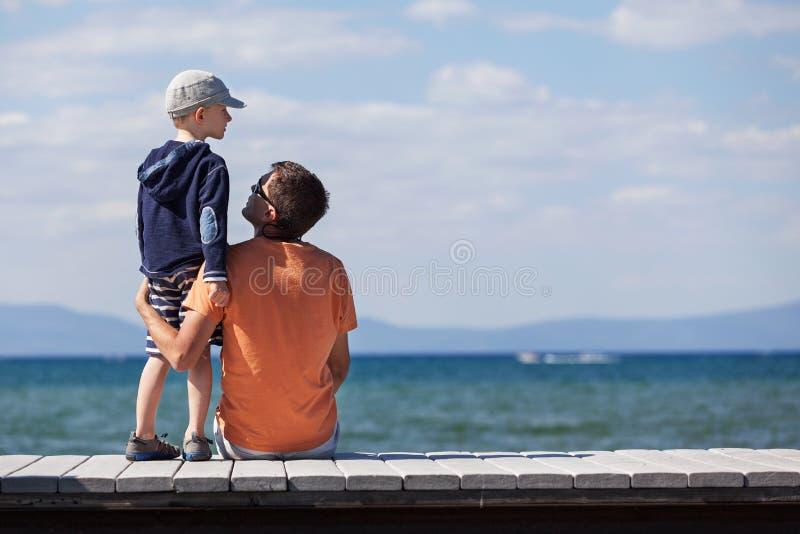 Pai e filho junto foto de stock