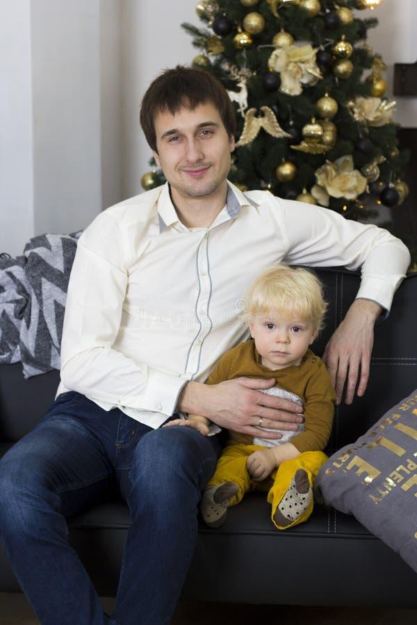Pai e filho na celebração do ` s do ano novo imagens de stock
