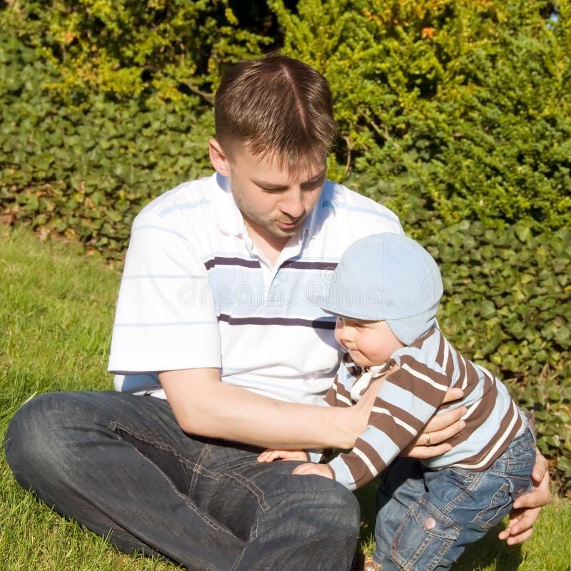 Pai e filho na grama