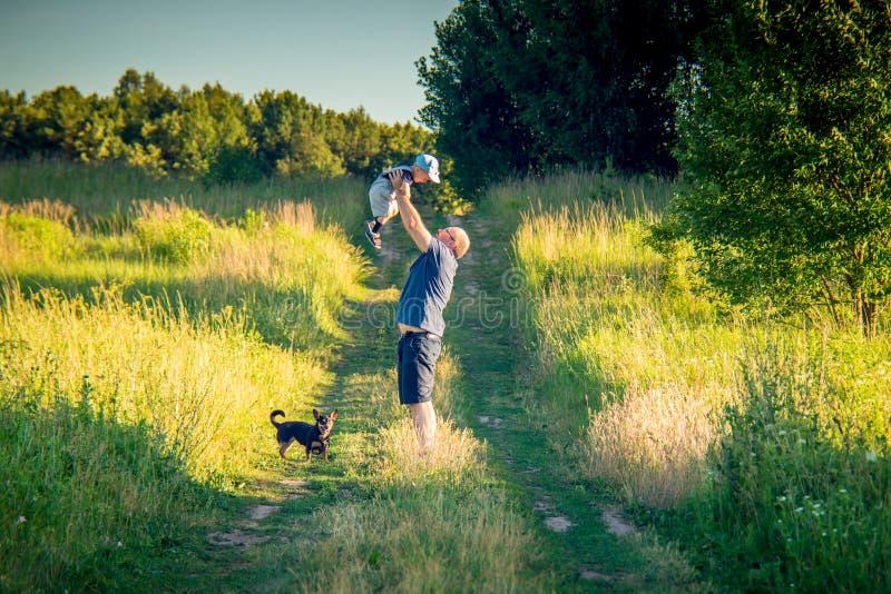 Pai e filho na natureza e no cão imagens de stock