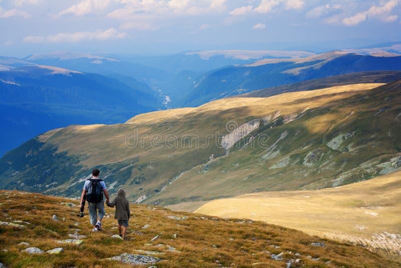 Pai e filho nas montanhas imagens de stock royalty free