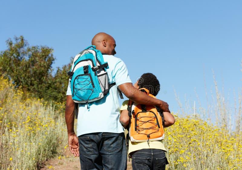 Pai e filho no hike do país imagem de stock