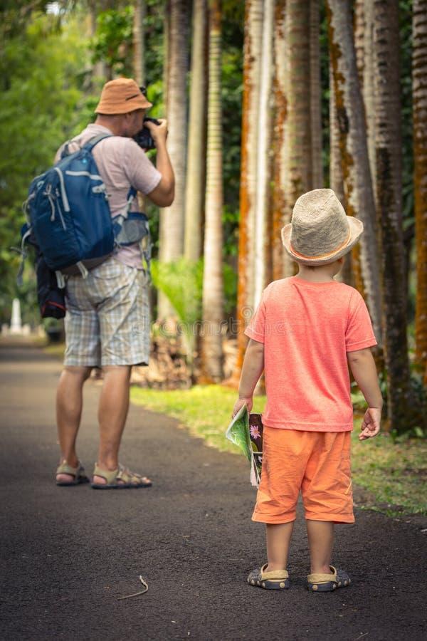 Pai e filho no jardim botânico imagem de stock