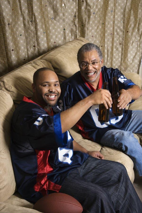 Pai e filho no sofá. fotografia de stock
