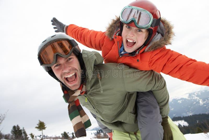 Pai e filho novos em férias do inverno fotografia de stock royalty free