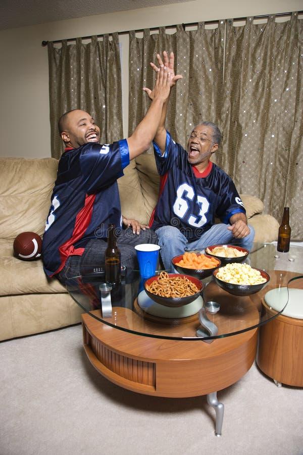 Pai e filho que dão a elevação cinco. fotografia de stock royalty free