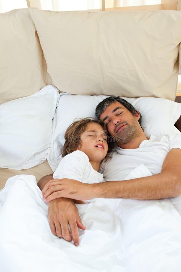 Download Pai E Filho Que Dormem Junto Foto de Stock - Imagem de caucasiano, playful: 12811334