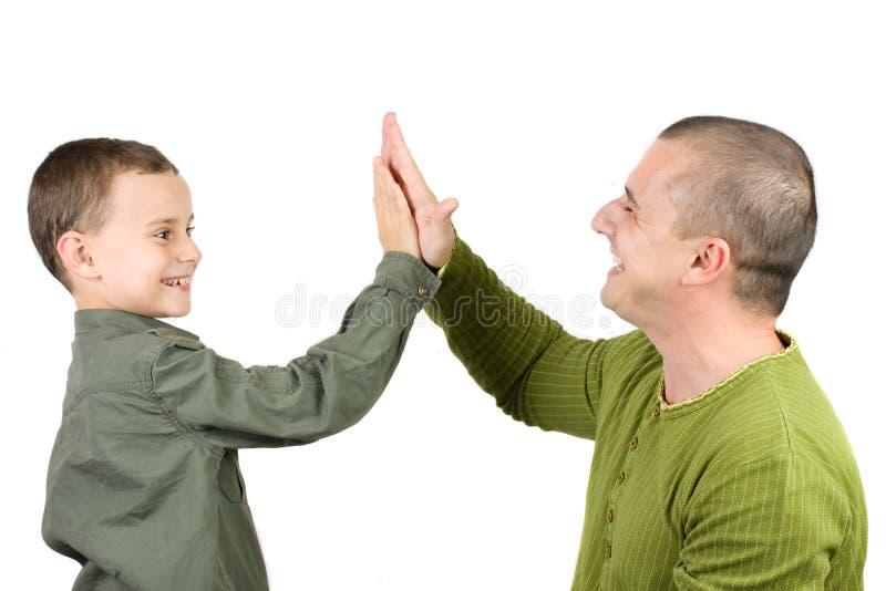 Pai e filho que fazem uns cinco elevados imagens de stock royalty free