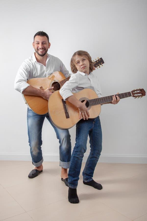 Pai e filho que jogam guitarra fotos de stock royalty free