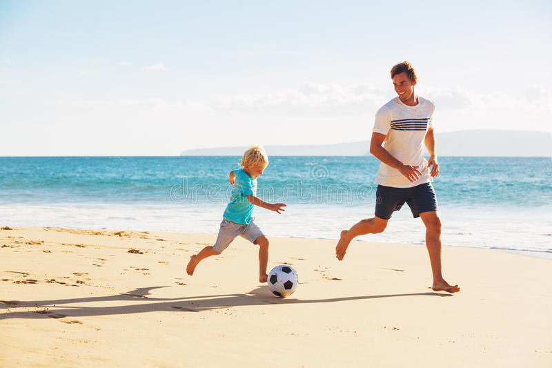 Pai e filho que jogam o futebol imagem de stock royalty free