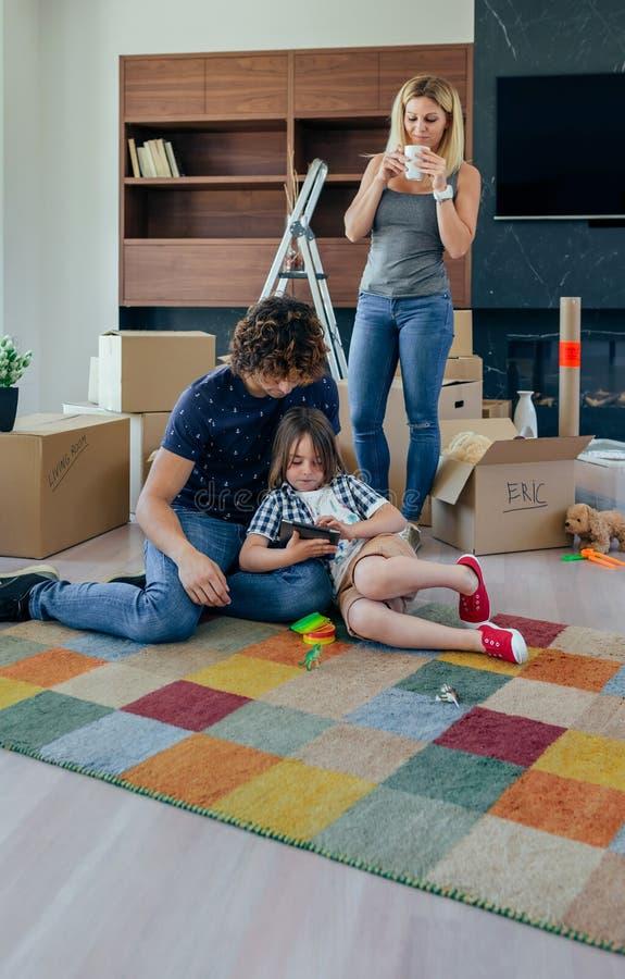 Pai e filho que jogam a tabuleta imagens de stock