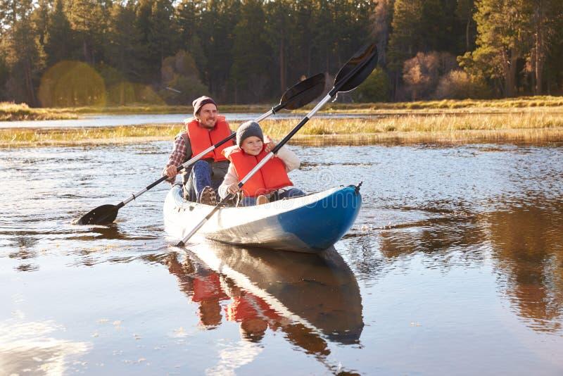 Pai e filho que kayaking no lago, Big Bear, Califórnia, EUA foto de stock