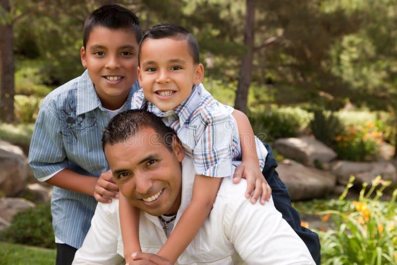 Pai e filhos no parque foto de stock royalty free