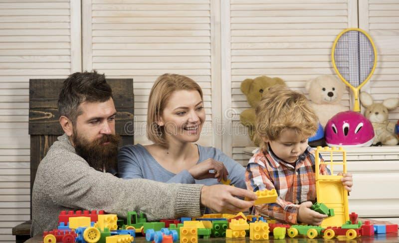 pai e mãe com construtor da brincadeira Infância feliz Cuidado e desenvolvimento jogo do rapaz pequeno com pais em imagens de stock royalty free