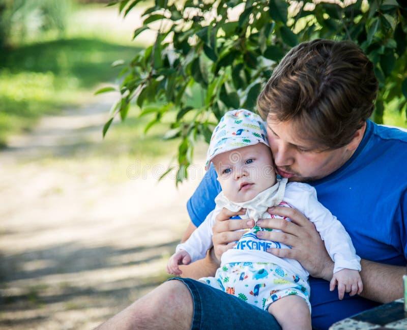 Pai e pouco filho na natureza imagem de stock