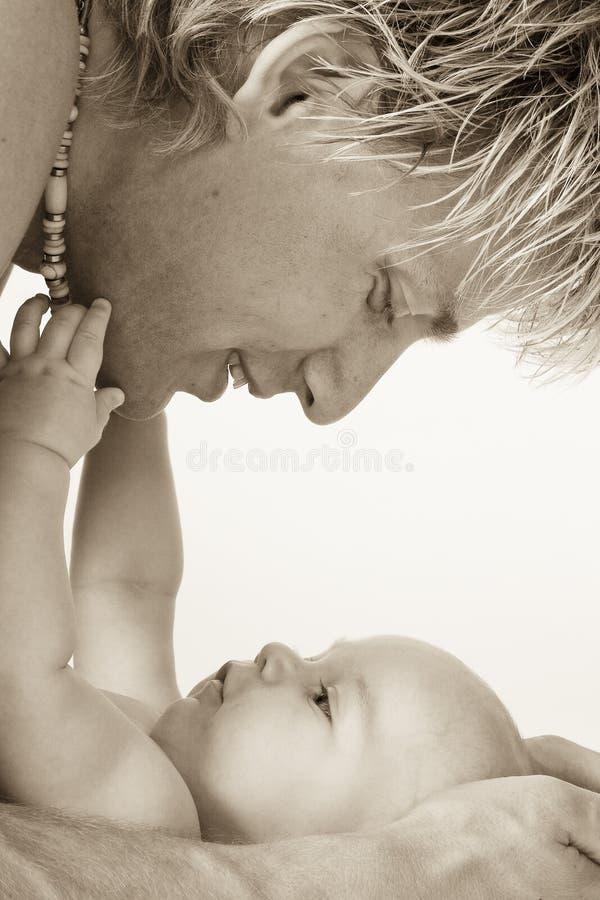 Pai e seu filho loving foto de stock