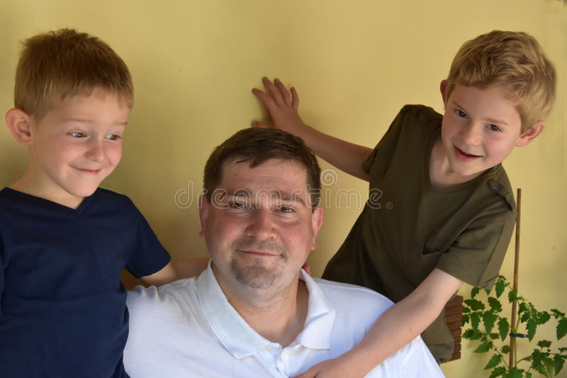 Pai e seus meninos fotos de stock