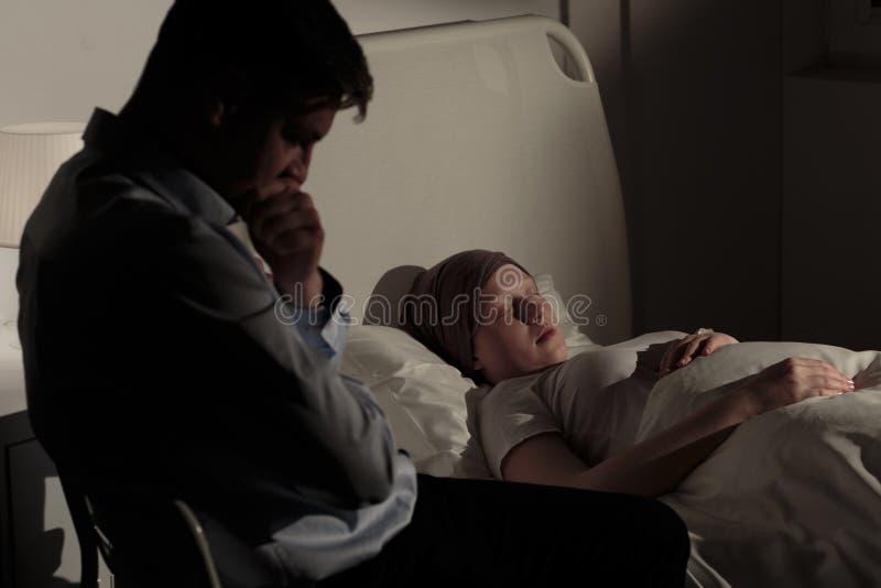 Pai e sua filha de morte imagem de stock