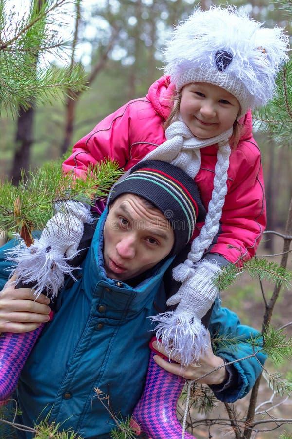 Pai e sua filha na floresta do outono imagem de stock