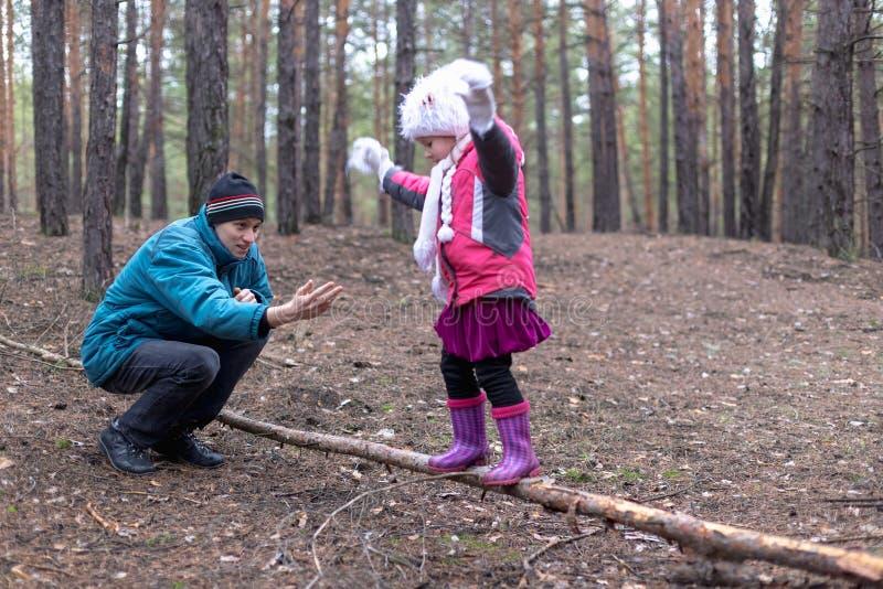 Pai e sua filha na floresta do outono imagens de stock royalty free