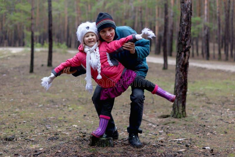Pai e sua filha na floresta do outono fotografia de stock