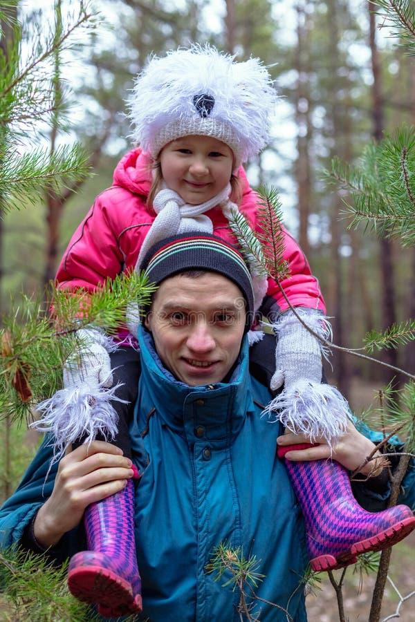 Pai e sua filha na floresta do outono foto de stock