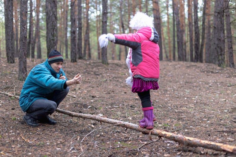 Pai e sua filha na floresta do outono fotos de stock royalty free