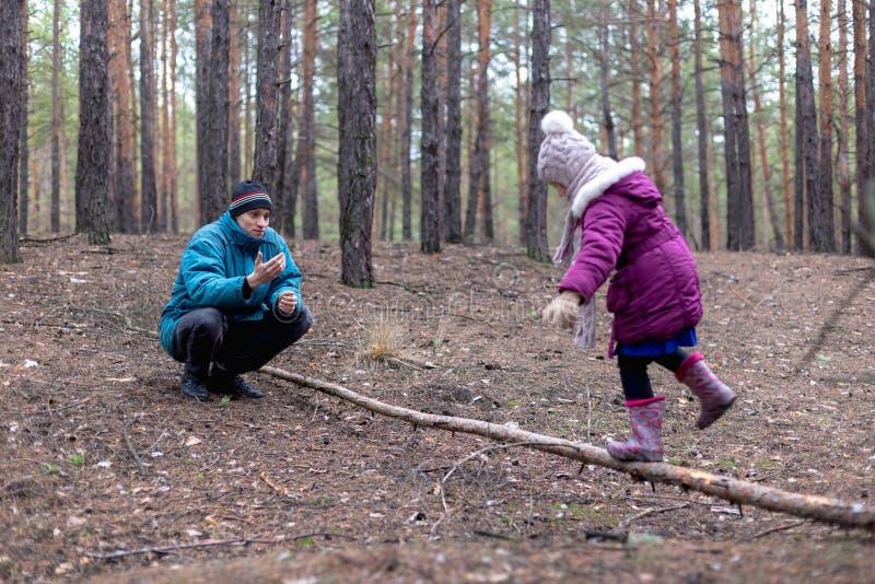 Pai e sua filha na floresta do outono foto de stock royalty free