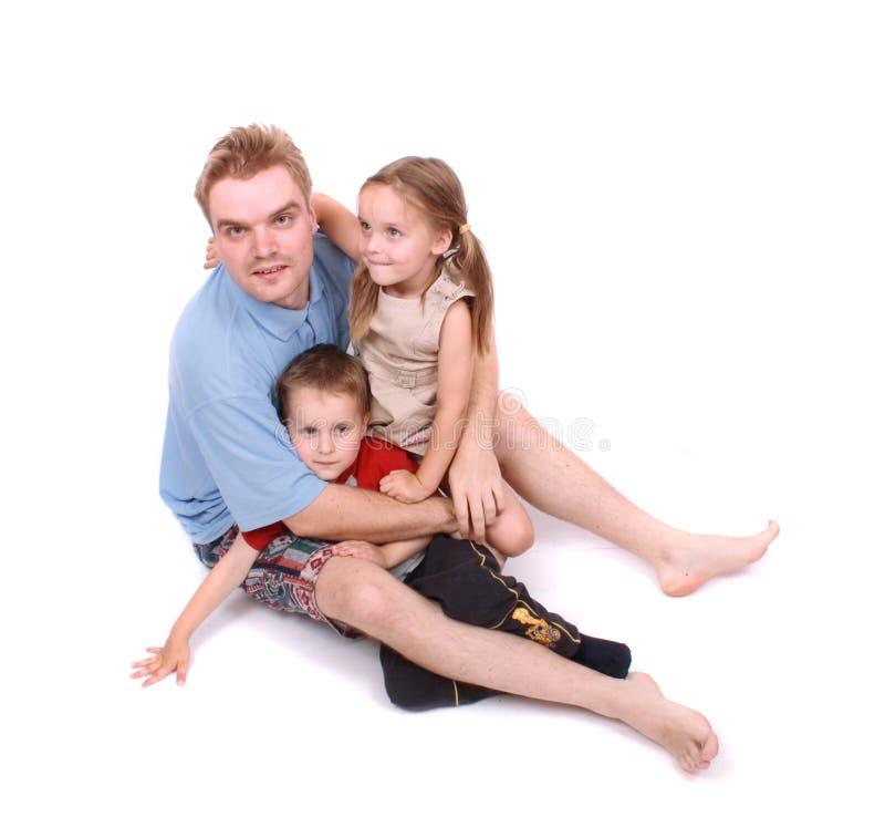 Pai e suas duas crianças fotografia de stock