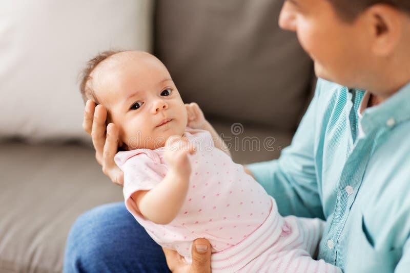 Pai envelhecido médio com filha do bebê em casa imagens de stock royalty free